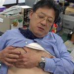 【オナニーゲイ動画】モロ感乳首を刺激すれば即勃起…誰もいない会社で横臥足ピン自慰でイク50代のおじさんww