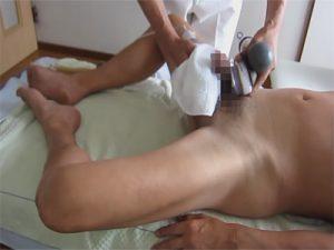 【無修正ゲイ動画】熟練じいさんが電マ二刀流でチンポや腹部から前立腺を刺激し匠の技術で射精させるww
