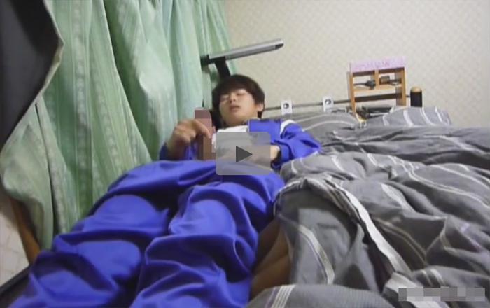 【無修正ゲイ動画】若いのにズル剥けチンポ…学校指定のジャージを着た少年が部屋のベッドで仰向けオナニーww