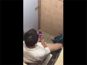 【無修正ゲイ動画】ショッピングモールのトイレでオナニーするノンケ高校生とそれを見ながらオナニーするゲイww