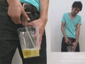 【無修正ゲイ動画】お兄さんたちのおしっこ特集…透明カップに勢いよく排尿するチンポを接写で撮影ww