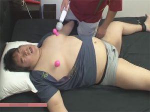 【セックスゲイ動画】オタク系の巨漢デブを大の字拘束し蝋燭責めや色んなおもちゃでアナル責めし正常位で肛門姦ww