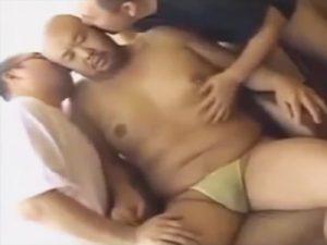 【無修正ゲイ動画】チンポに真珠…乳首にはピアスのバリウケでスキンヘッドのぽっちゃりモロ感おやじを犯すww