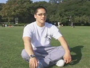 【素人ゲイ動画】がっちり体型の柔道部のノンケ大学生が四つん這い手コキでイカされ3日分の体液を射精ww