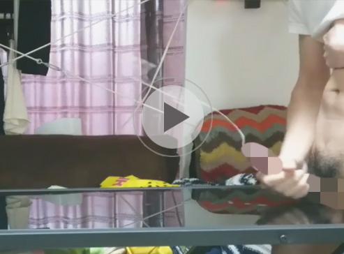 【無修正ゲイ動画】射精距離を競うシコり幅跳びで上位入賞できそうな素人クンが横アングルでオナニーを撮影ww