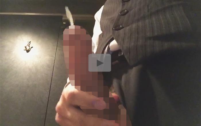 【無修正ゲイ動画】ズル剥け太マラの素人が仕事中の休憩時間にトイレで唾液ローションシコシコ自慰で射精ww