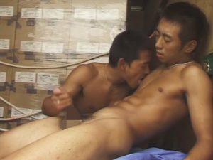 【セックスゲイ動画】運送屋のスジ筋カップルはムラムラするとトラックを止めて荷台で車体を激しく揺らしリバセックスww