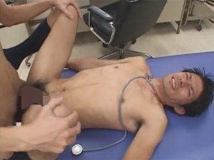 【セックスゲイ動画】イケメンの医者が患者の男にフェラチオをさせてからアナルセックスでアナルを犯されちゃうww