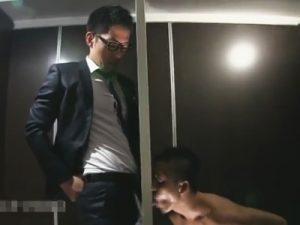 【セックスゲイ動画】グローリーホールから飛び出すチンポをしゃぶり合ってからAFするウケのケツ割れとリーマンのタチww