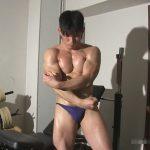 【セックスゲイ動画】筋肉隆々のビルダーボーイが初めてのフェラに肛門を巨根で犯されての汗だくの雄交尾ww