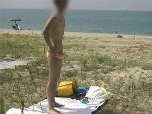 【無修正ゲイ動画】空いている海水浴場で生着替えしチンポを露出して勃起したチンポをシゴく素人ww