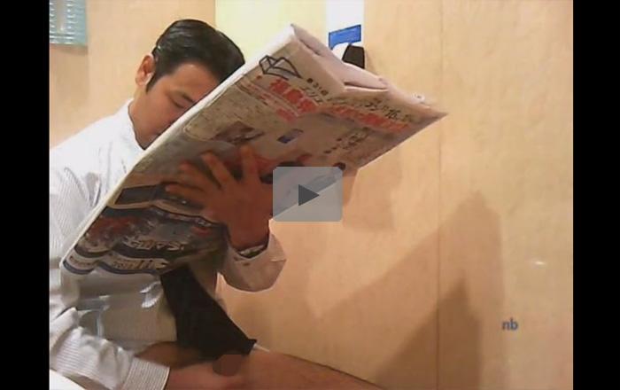 【無修正ゲイ動画】男子トイレを盗撮するとスポーツ新聞でオナり新聞にぶっかけるおじさんサラリーマンが撮れたww