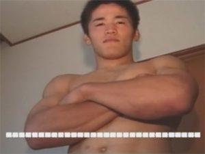 【無修正ゲイ動画】元レスリング部のガッチビのノンケボーイに普段通りにオナニーしてもらい横向きの体勢で床に射精ww