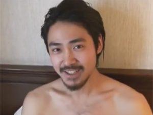 【素人ゲイ動画】口ひげと顎髭を生やしたワイルド系の素人のイケメンがオナニーを見せつけるww