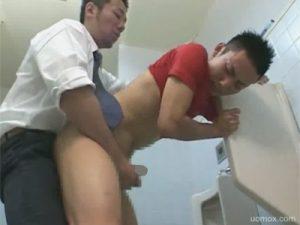 【セックスゲイ動画】アスリート系の男がトイレでアナルセックスで犯されて腹射されるww