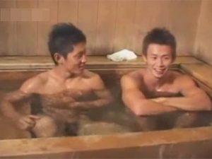 【セックスゲイ動画】大浴場で2人の短髪のスリ筋のイケメンが正常位や立ちバックでアナルセックスをしちゃうww