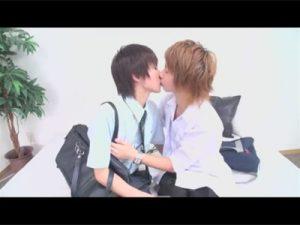 【セックスゲイ動画】若い学生のイケメン2人がベッドの上で愛し合ってフェラチオしまくった後にアナルセックスをするww