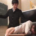 【SMゲイ動画】学校の教室で学ランを着た男子生徒が男性教師をスパンキングしながら調教し始めるww