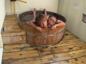 【無修正ゲイ動画】可愛い系の男2人が露天風呂でイチャイチャして風呂上がりの乳首舐めなどをして愛し合うww