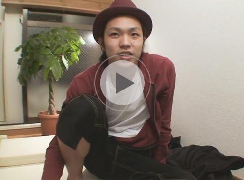 【無修正ゲイ動画】ハットをかぶった素人が自宅にプロのカメラマンを呼んでオナニー姿を披露するww