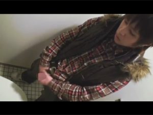 【オナニーゲイ動画】チェックの服を着たギャル男系がトイレの中でオナニーをして射精しちゃうww