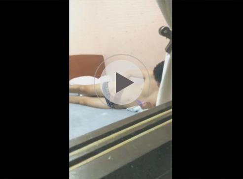 【無修正ゲイ動画】ベッドでオナニーをしていた男が盗撮されてしまうww