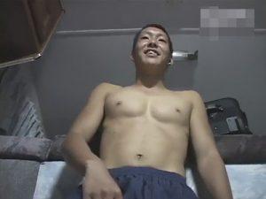 【無修正ゲイ動画】イモ系のマッチョの素人の男がAVを見ながらオナニーをしてザーメンを噴射するww