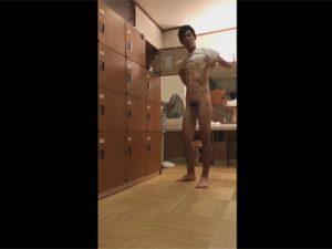 【無修正ゲイ動画】公衆浴場の男子更衣室で盗撮が行われてマッチョの男の着替え姿を楽しめるww