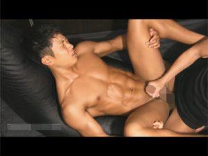【セックスゲイ動画】シックスパックの引き締まったボディが魅力的なマッチョが2人の男に犯され続けるww