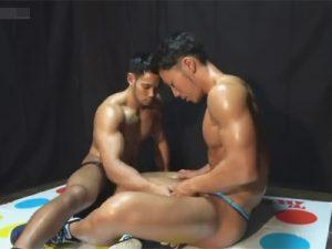 【セックスゲイ動画】鍛え上げた鋼の肉体が魅力的な2人のマッチョがツイスターゲームをしながら体をいじりあうww