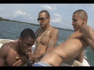 【外人ゲイ動画】海パン姿で川をボートで移動しているオラオラ系の白人や黒人がムラムラしたためアナルセックスをしちゃうww