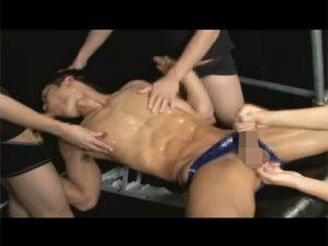【乱交ゲイ動画】シックスパックの男が3人のゴーグルマンにローションまみれにされながら犯されて口内射精されるww
