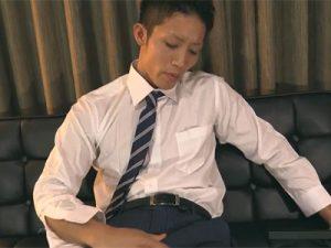 【フェラチオゲイ動画】シックスパックのスーツ姿のイケメンがフェラチオや手コキで犯されまくっちゃうww