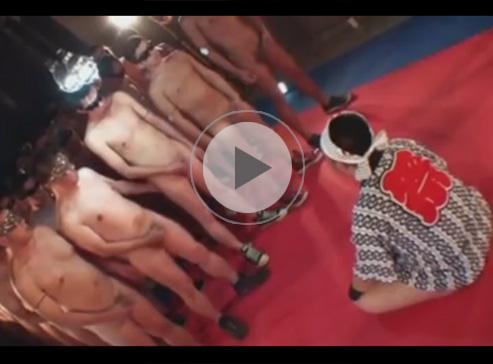 【無修正ゲイ動画】法被姿の坊主のぽっちゃり系が無数の男にフェラ奉仕をしてからザーメンをかけられながらアナルを掘られるww