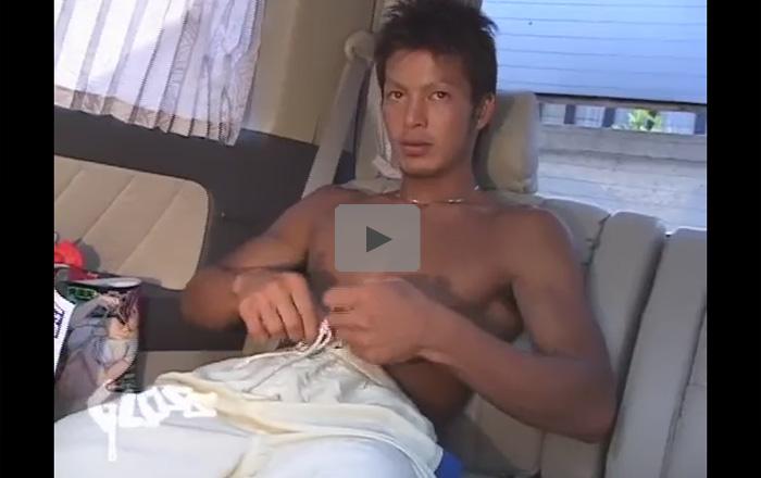 【無修正ゲイ動画】包茎チンコのサーファーのような色黒素人イケメンがアナルセックスで犯されてしまうww