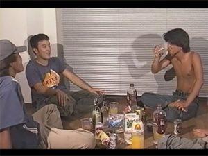 【無修正ゲイ動画】4人の泥酔している男が全裸姿になりながら手コキをしたりチンコの見せ合いをしまくっちゃうww