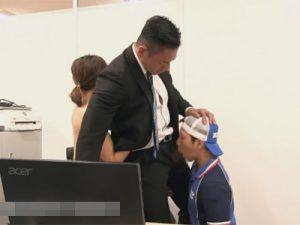【セックスゲイ動画】オフィスで女と愛し合っていた男が宅配業者の男にチンコを突然いじられたため淫乱なことをしまくるww