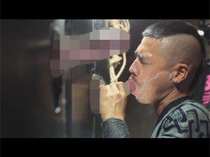 【乱交ゲイ動画】江戸時代に処刑をするときに使うような拘束具で全身の自由を奪われた男が乱交で犯され続けてしまうww