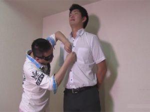 【素人ゲイ動画】若い男が立った状態で仮面をつけた男にチンコをいじられて射精をすることになるww