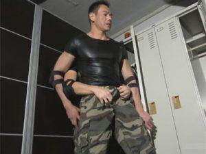 【セックスゲイ動画】迷彩服を着ている軍隊のような場所で働く男2人がロッカーでアナルセックスを楽しむww