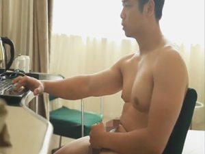 【外人ゲイ動画】フランクフルトのようなチンコを持った男が自慢のチンコをしごいてオナニーを楽しんで射精するww