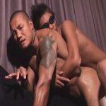【無修正ゲイ動画】刺青だらけのオラオラ系マッチョがゴーグルマンにアナルセックスで犯され続けるww
