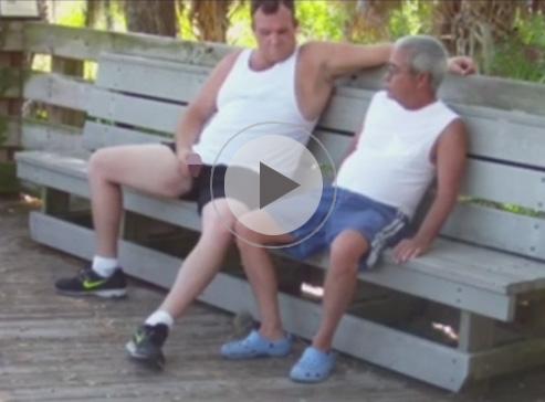 【外人ゲイ動画】ランニング姿のぽっちゃりの外人が公園のベンチで隣にいた老人とアナルセックスを楽しむww