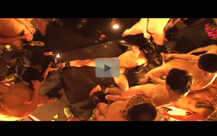【乱交ゲイ動画】足を拘束された男が無数の男たちにザーメンをぶっかけられ続けてザーメンまみれになっちゃうww