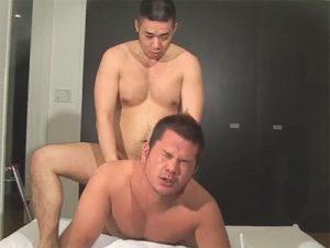 【セックスゲイ動画】プロレスラーのような体形の坊主の2人がアナルセックスで激しく愛し合っちゃうww