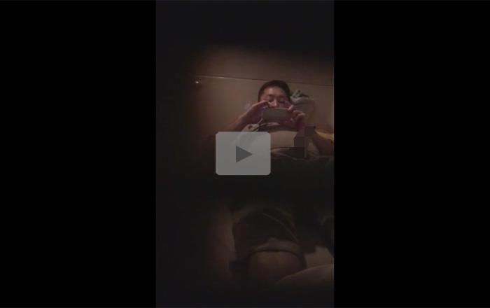 【盗撮ゲイ動画】盗撮されていることを知らずにスマホでおかずを見ながらオナニーしている男の姿を楽しめるww