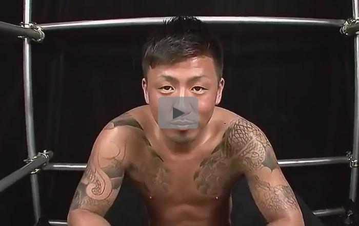 【乱交ゲイ動画】全身タトゥーまみれのオラオラ系が目隠しをされた状態で2人のゴーグルマンにめちゃくちゃにされちゃうww