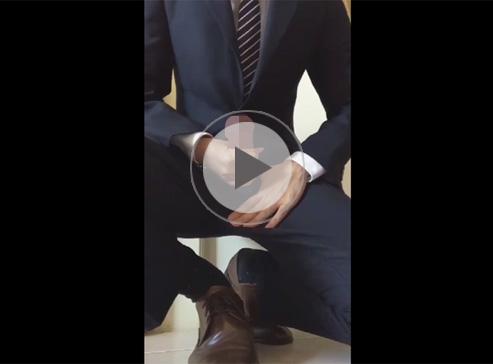 【無修正ゲイ動画】スーツでかっこよくきめている男がファスナーからチンコを取り出してオナニーをしちゃうww