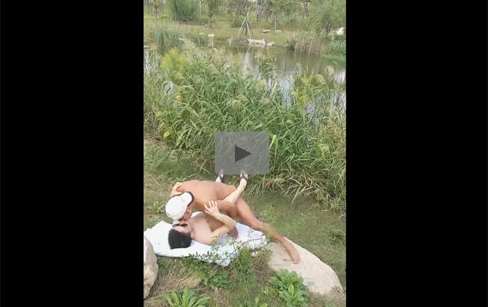 【無修正ゲイ動画】開放的な河原で男2人が青姦を楽しんで正常位で激しくピストンしまくるww