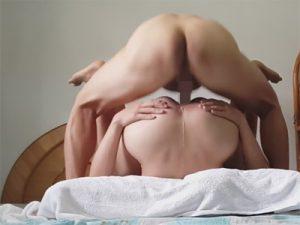 【外人ゲイ動画】ベッドの上で2人の男が正常位でアナルセックスを楽しんでアナルから汁を出しながら絶頂するww